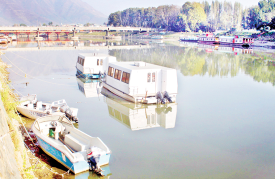 Poor response brings cruise boats to standstill in Srinagar. -Excelsior/Shakeel