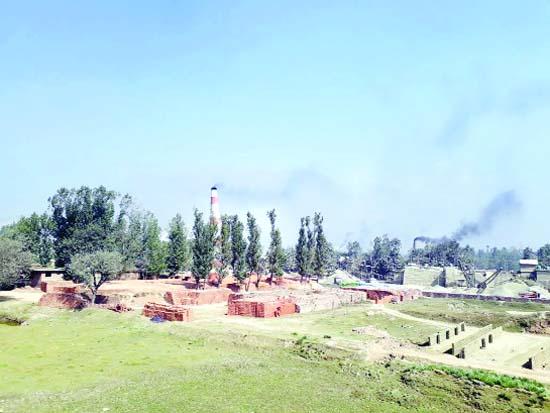 A brick kiln emits poisonous smoke at Somerbug area on the outskirts of Srinagar. —Excelsior / Younis Khaliq