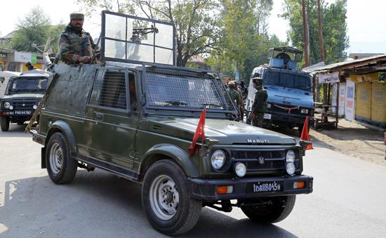 Troops at Hajin, Bandipora during gunbattle with militants on Sunday. —Excelsior/Aabid Nabi