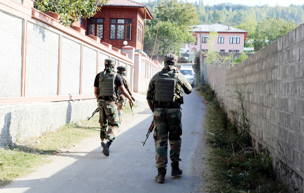Army soldiers in action during cordon and search operation at Chandsuma area of Baramulla district on Thursday. —Excelsior/Aabid Nabi
