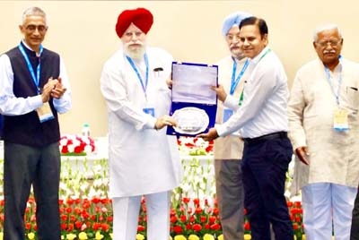 CEO receiving 'Special Swachh Iconic Place' award given to Shri Mata Vaishno Devi Shrine.