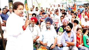 Former minister and senior Congress leader Raman Bhalla addressing public at Shiv Nagar in Gandhi Nagar.