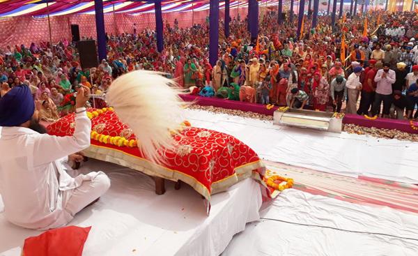 People offering special prayers on 'Prakash Utsav' of Guru Nanak Dev Ji at Chand Nagar Gurdwara in Jammu on Saturday. —Excelsior/Rakesh