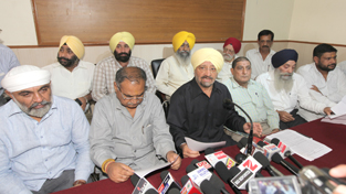 Chairman of Transport Welfare Association addressing press conference at Jammu on Thursday. — Excelsior/Rakesh