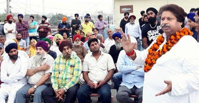 Cong leader Raman Bhalla addressing public meeting at Sanjay Nagar in Jammu on Sunday.
