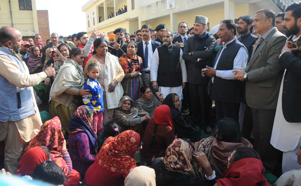 AICC leader, Ghulam Nabi Azad along with senior party leaders talking to border migrants at a camp in RS Pura on Wednesday. —Excelsior/Rakesh