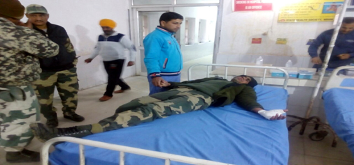 An injured BSF jawan admitted in Ramgarh hospital on Monday. —Excelsior/Gautam
