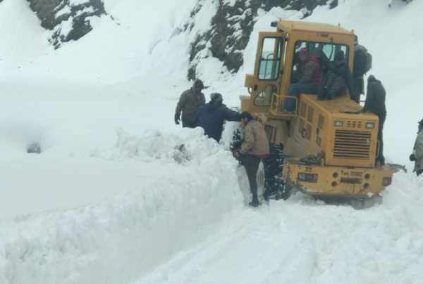 GREF men clearing Bhaderwah Bani Road near Chhatergalla. —Excelsior/Tilak Raj