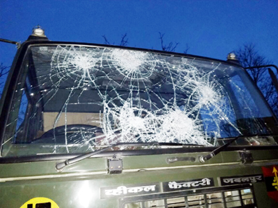 An Army vehicle damaged by mob in stone pelting at Shopian on Saturday. —Excelsior/Younis Khaliq