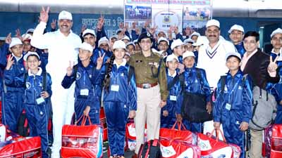 Students and CRPF officers posing for group photograph before leaving for National Integration Camp to be held in Gujarat.
