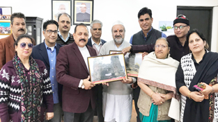 """Union Minister Dr Jitendra Singh being briefed by the members of """"Save Sharda Committee Kashmir"""", seeking resumption of Sharda Peeth Yatra to PoJK,at New Delhi on Saturday."""