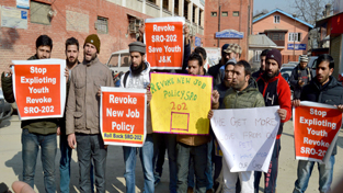 Non-gazetted employees protesting in Srinagar. — Excelsior/Shakeel