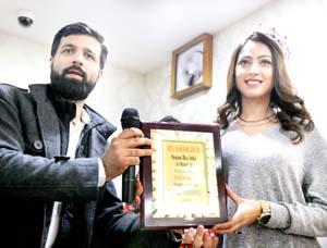 Femina Miss lndia 2017 First Runner Up, Miss Sana Dua, receiving a memento from a Tanishq official. -Excelsior/Rakesh