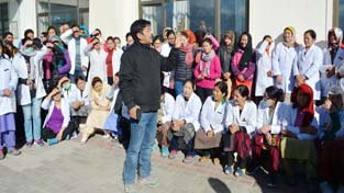 A staff member of SNM Hospital expressing his views during protest at Leh on Tuesday. —Excelsior/Morup Stanzin