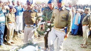 SSP Rajouri, Yougal Manhas laying wreath to pay respect to martyr CRPF jawan at Dudasan village on Monday. — Excelsior/Bhat
