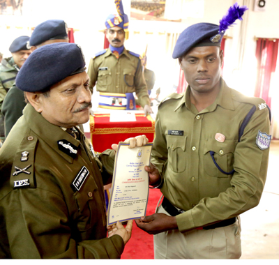 CRPF constable, Ragunath Ghai, who foiled attack on a camp, receiving award for his bravery in Srinagar. -Excelsior/Shakeel