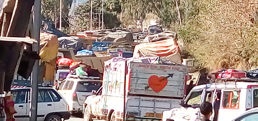 Heavy rush of Srinagar bound traffic on Jammu-Srinagar National Highway at Seri, Ramban on Sunday. —Excelsior/Parvez