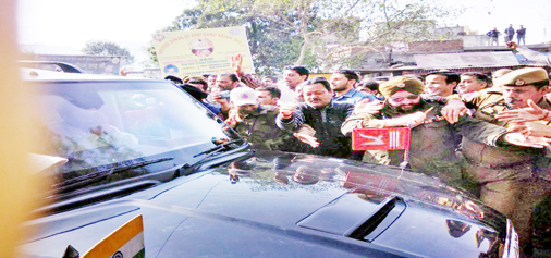 Agitating people conducting 'gherao' of Ministers' vehicles at Sunderbani on Friday. -Excelsior/Bhat