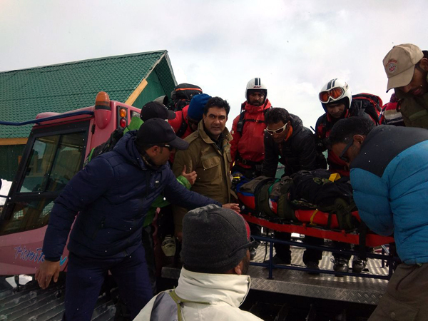 Baramulla police and locals carry the dead body of Russian skier in Gulmarg on Friday. -Excelsior/Aabid Nabi