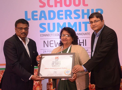 Principal of Jammu Sanskriti School Kathua Shuchita Gupta receiving award during 6th School Leadership Summit at New Delhi.