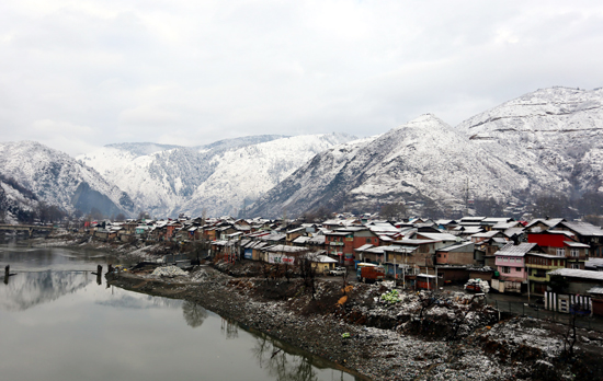 A view of snow covered Old Town of Baramulla on Monday. -Excelsior/Aabid Nabi