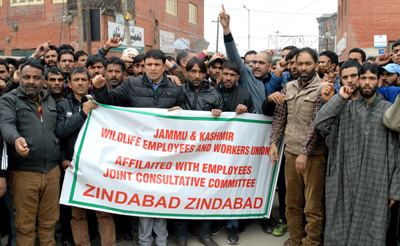 Wildlife employees protesting in Srinagar. —Excelsior/Shakeel