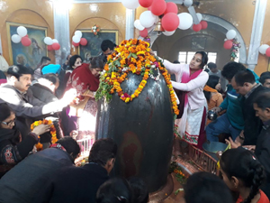 Devotees offering prayers before Shivlingam at Ranbireshwar temple on the occasion of Mahashivratri on Tuesday. —Excelsior/Rakesh