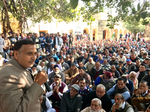 Cong leader Sham Sharma addressing protesters outside SDM office at Akhnoor.