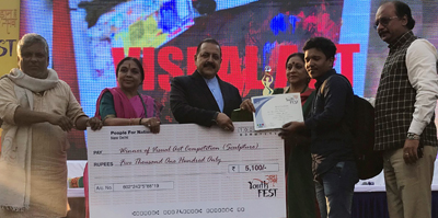 """Union Minister Dr Jitendra Singh distributing prizes to winners of the competitive events at the three-day """"UDAAN Utsav 2018 Youth Fest"""", at Delhi University North Campus."""