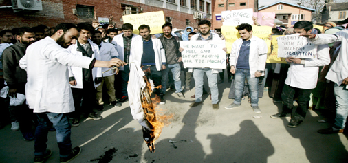 Students and doctors at Government Dental College and Hospital Srinagar during their protest.-Excelsior/Shakeel