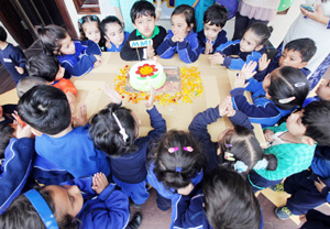 Little Montessorians of MMI Pre School, Jammu branch celebrating 1st foundation day of the school with cake cutting ceremony. -Excelsior/ Rakesh