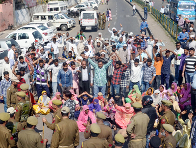 Villagers protesting against PHE authorities at BC Road near Bus Stand in Jammu on Tuesday. -Excelsior/ Rakesh