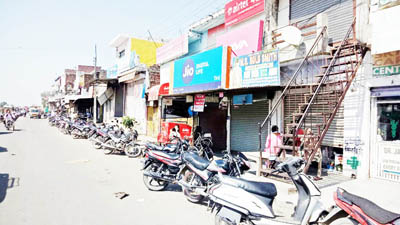 Deserted Hiranagar market as town observed complete bandh on Friday. -Excelsior/ Pardeep