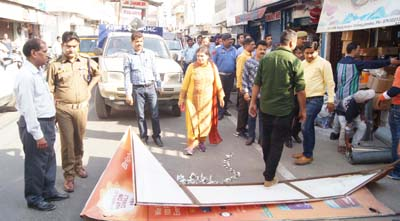 JMC and Traffic Police officials during an anti-encroachment drive in Jammu on Tuesday.