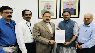 A delegation of Kerala BJP leaders presenting a memorandum to Union Minister Dr Jitendra Singh, at New Delhi on Wednesday.