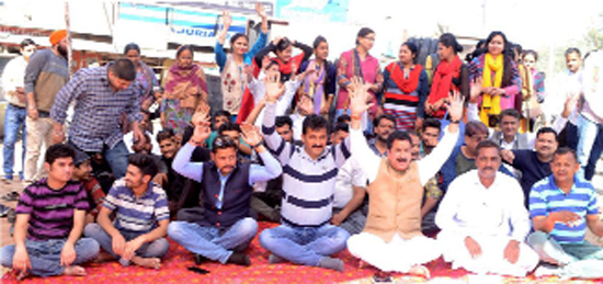 Activists of Kandi Belt Movement during a protest against garbage dumping near Degree College Mishriwala in Jammu.