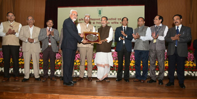 SKUAST-J VC receiving ICAR Award from Union Minister of Agriculture.