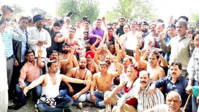 Semi-naked JAC members staging protest demonstration against Govt at Nowshera on Tuesday. -Excelsior/Bhat