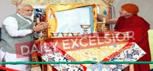 Prime Minister Narendra Modi paying tributes to Kushok Bakula in Leh on Saturday. —Excelsior/Morup Stanzin