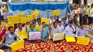 Ex-MLA, BS Mankotia leading hunger strike of farmers at Udhampur.