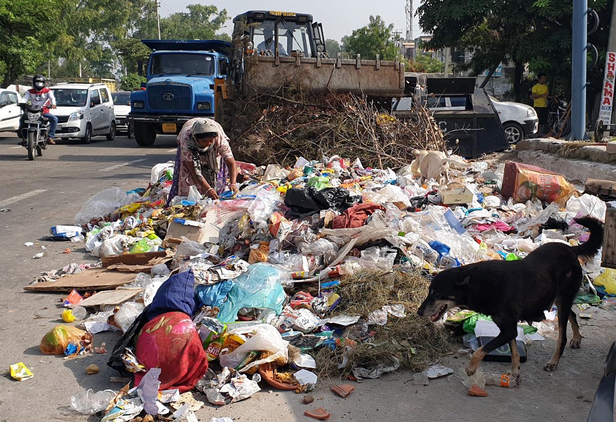 A blot on Jammu Municipal Corporation: Garbage lying scattered in posh Gandhi Nagar Last Morh area on Monday. -Excelsior/Rakesh