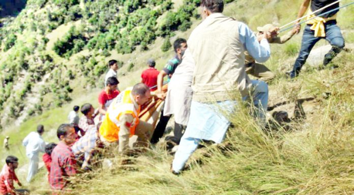 Rescue workers pulling out the accident victims from the gorge at Dandaran near Thakraie in district Kishtwar. -Excelsior/Tilak Raj