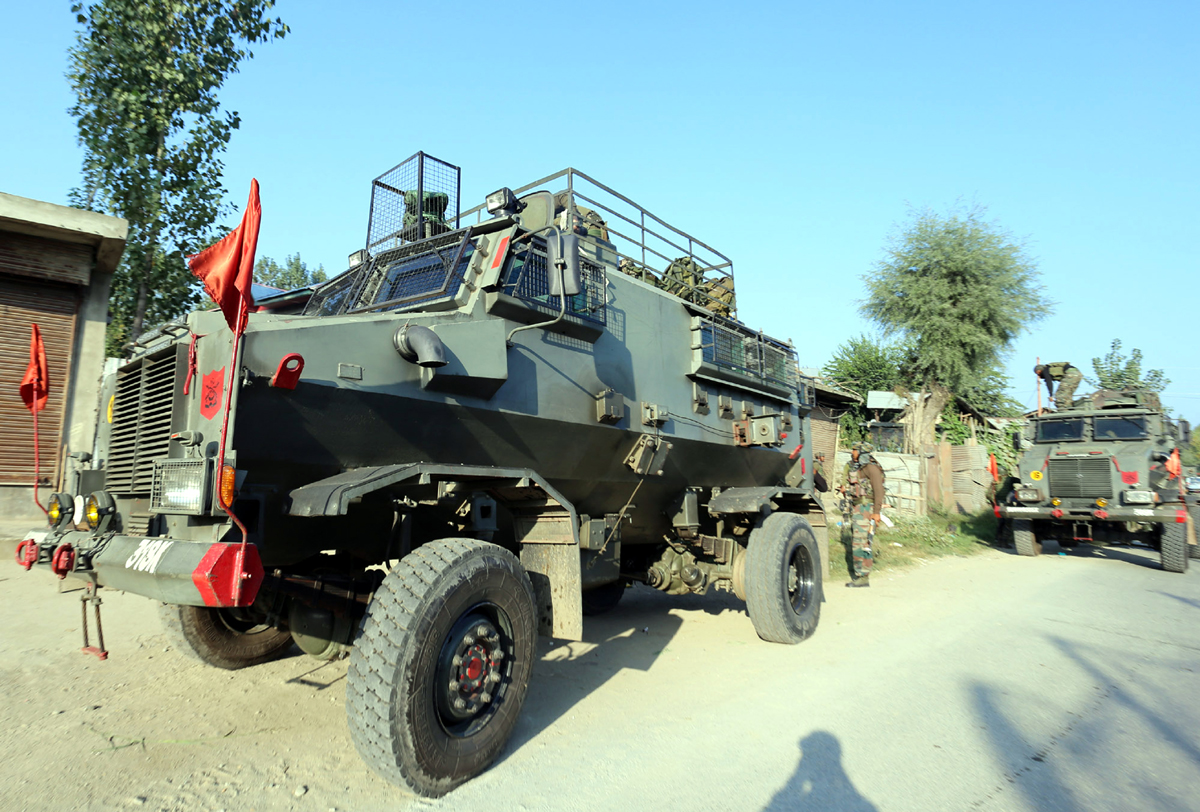 Troops move towards the encounter site at Galoora, Handwara in Kupwara district on Tuesday. -Excelsior/Aabid Nabi