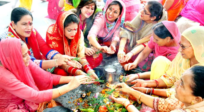 Women perform rituals for long life of their sons on the occasion of 'Bacch Dua' in Jammu on Thursday. -Excelsior/Rakesh