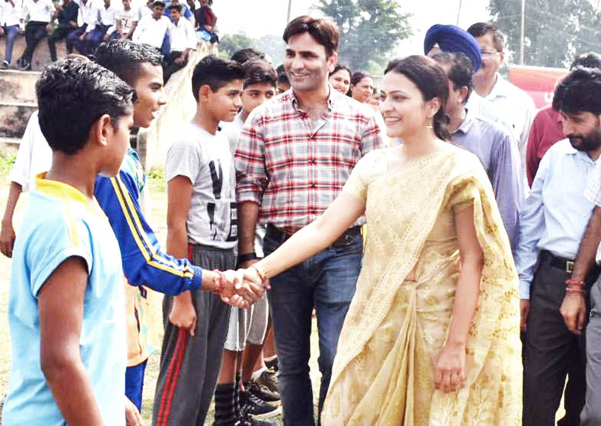 DDC Samba Sushma Chauhan interacting with players while inaugurating sports tournament under Khelo India.