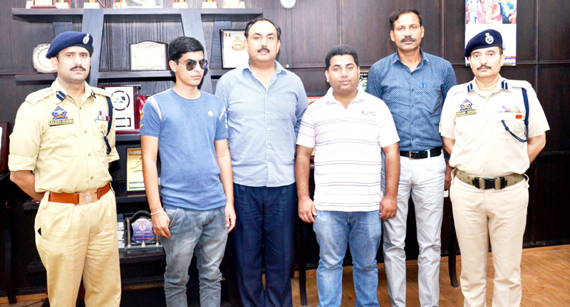 IGP Jammu, Dr SD Singh alongwith other Police Officers posing for a photograph with members of J&K Blind Cricket team.