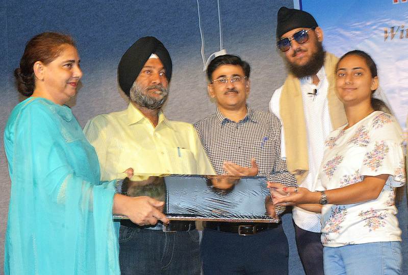 Dignitaries felicitating Para Asian Gold Medalist Chandeep Singh.