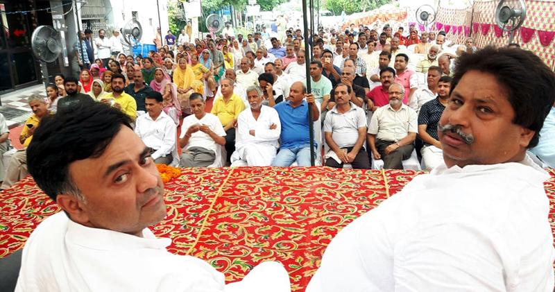 Senior Cong leaders, Raman Bhalla and Vikram Malhotra at public meeting in Gandhi Nagar on Friday.