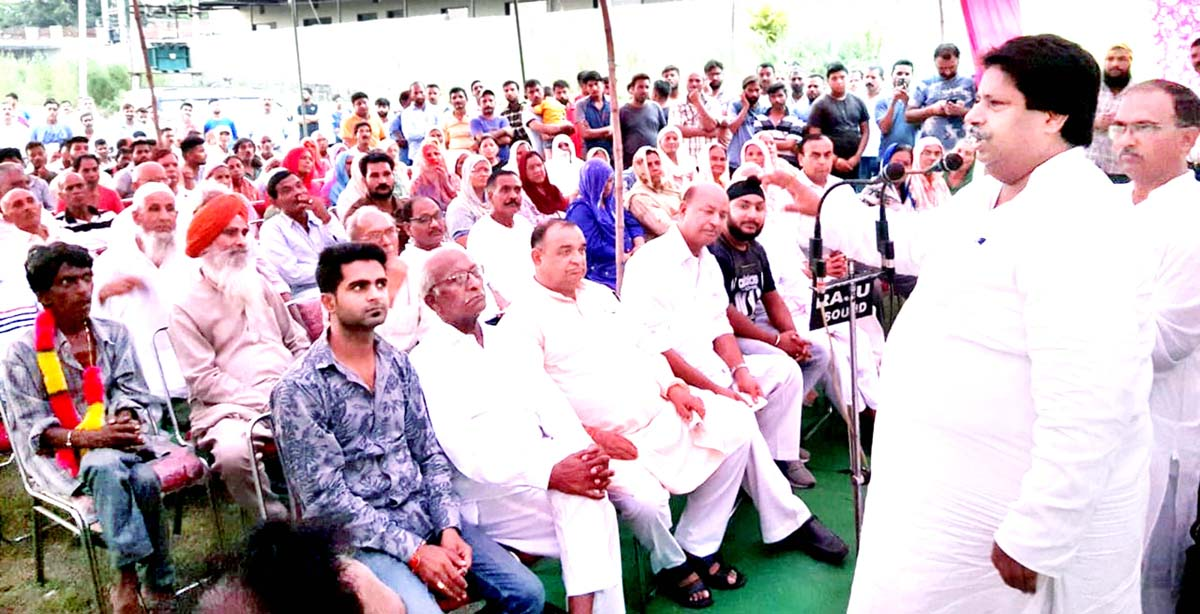 Senior Cong leader Raman Bhalla addressing party workers' meeting at Kunjwani in Gandhi Nagar constituency on Sunday.