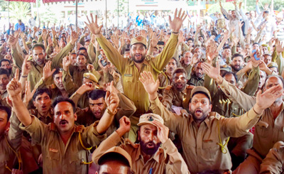 Non-Gazetted Officers Association of Forest Department protesting in Srinagar on Tuesday. —Excelsior/Shakeel